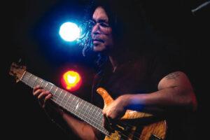 Jimmy Haslip с бас гитарой